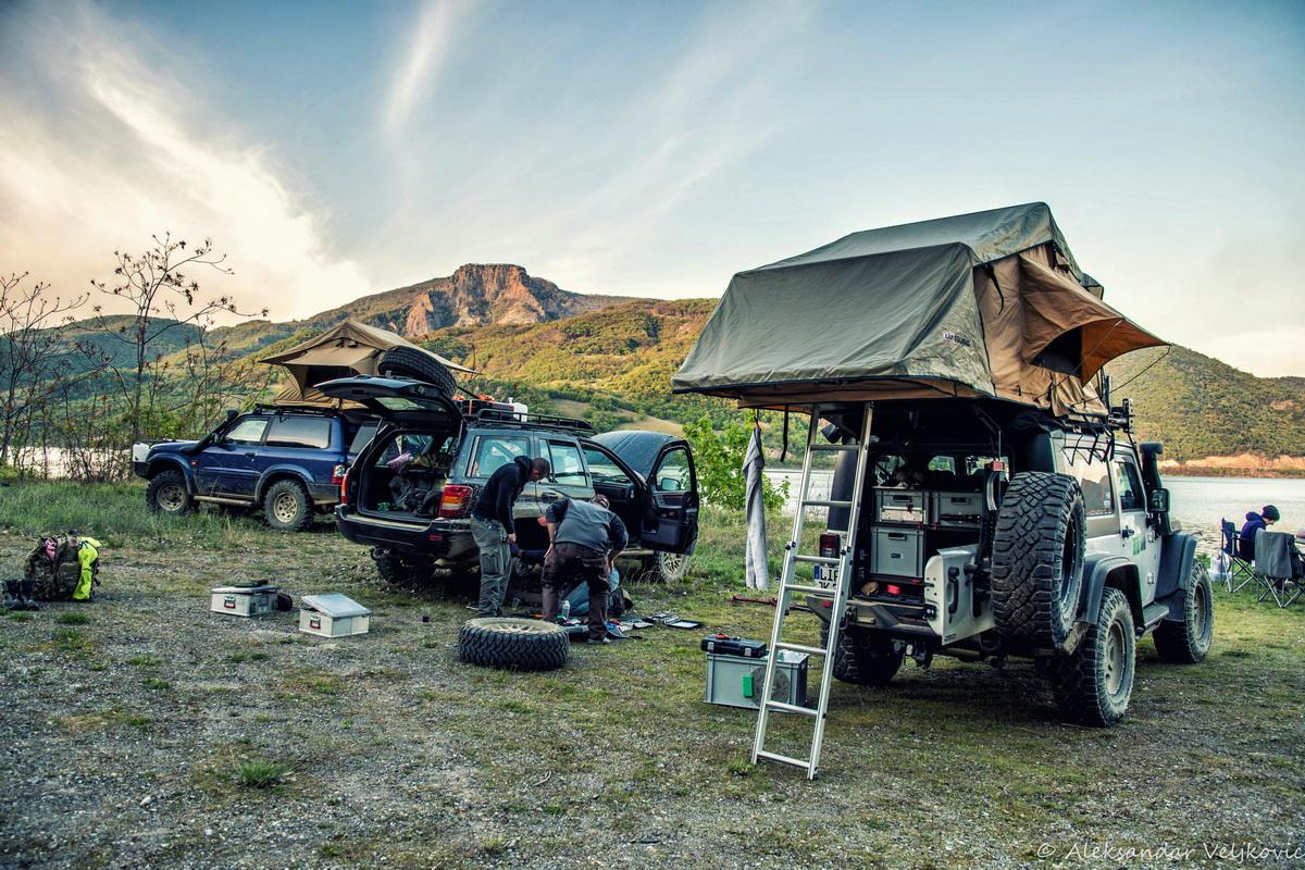 Wer nicht alleine reist, kann Werkzeug und andere Ausrüstungsgegenstände auch auf die Autos verteilen. So hat man im Falle einer Panne, wie hier in den serbischen Karpaten, alles dabei.