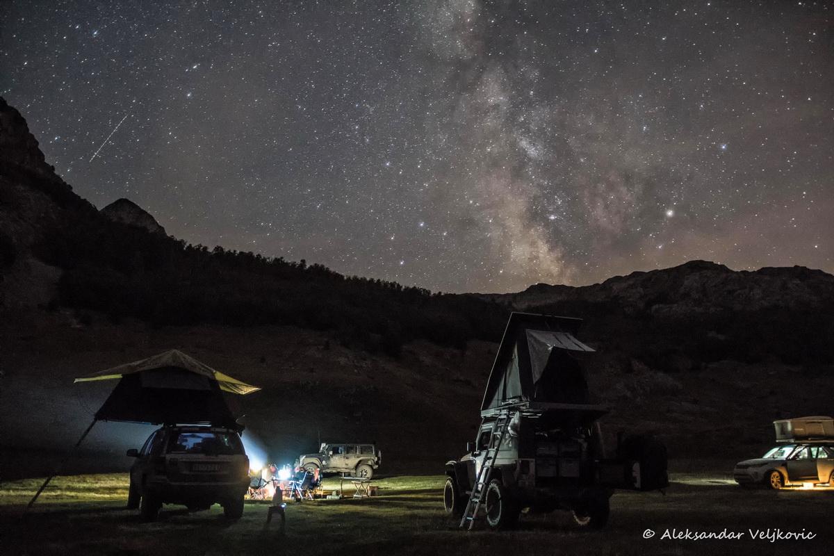 Auch bei traumhaftem Lichterspiel am Himmel ist eine Lichtquelle im Camp notwendig. So kann man das nächtliche Dachzeltnomaden Leben genießen, wie hier im Hochland von Montenegro.