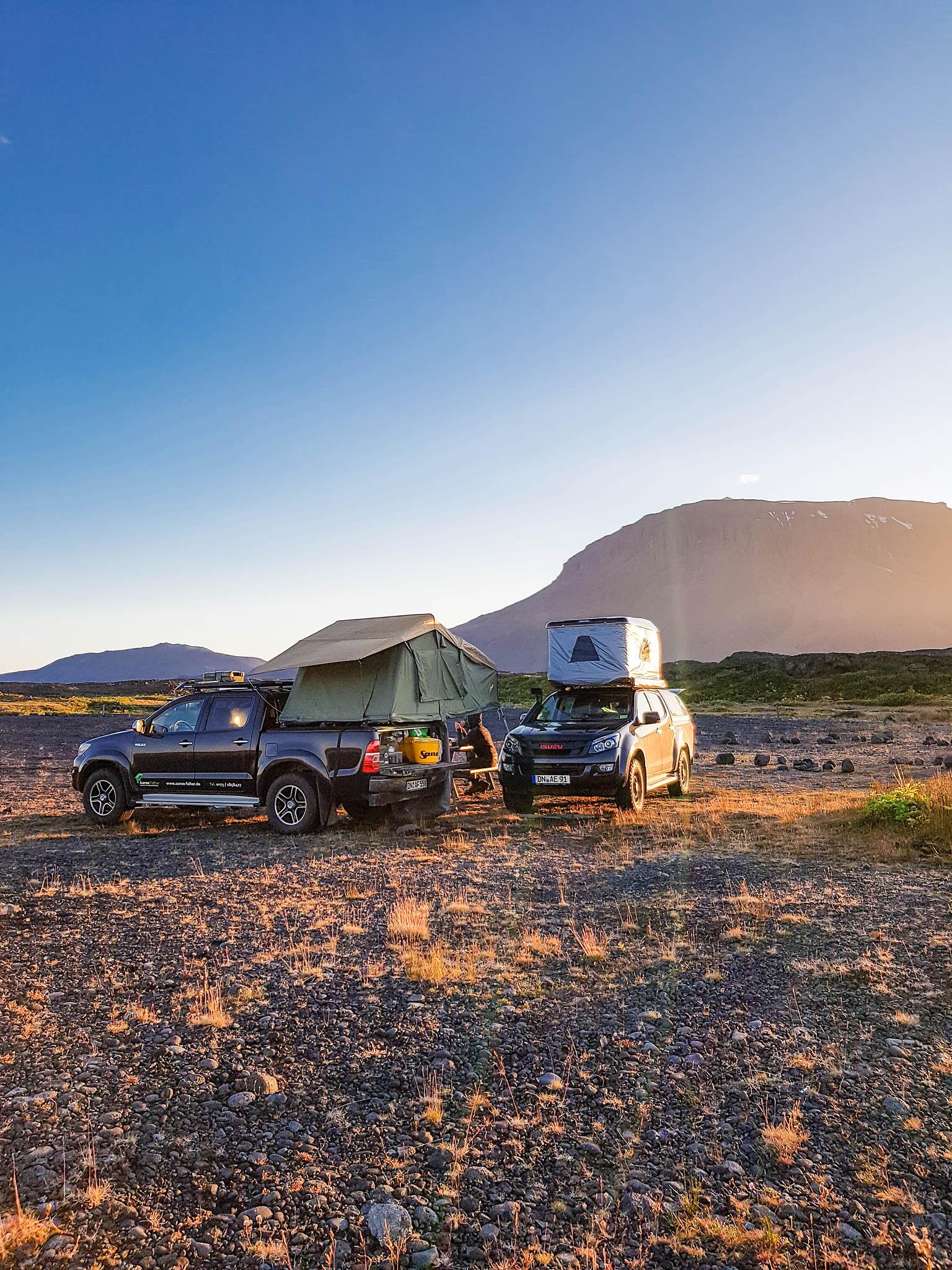 Ein Dachzeltnomaden-Camp im isländischen Hochlandam Fuße des Herðubreið.