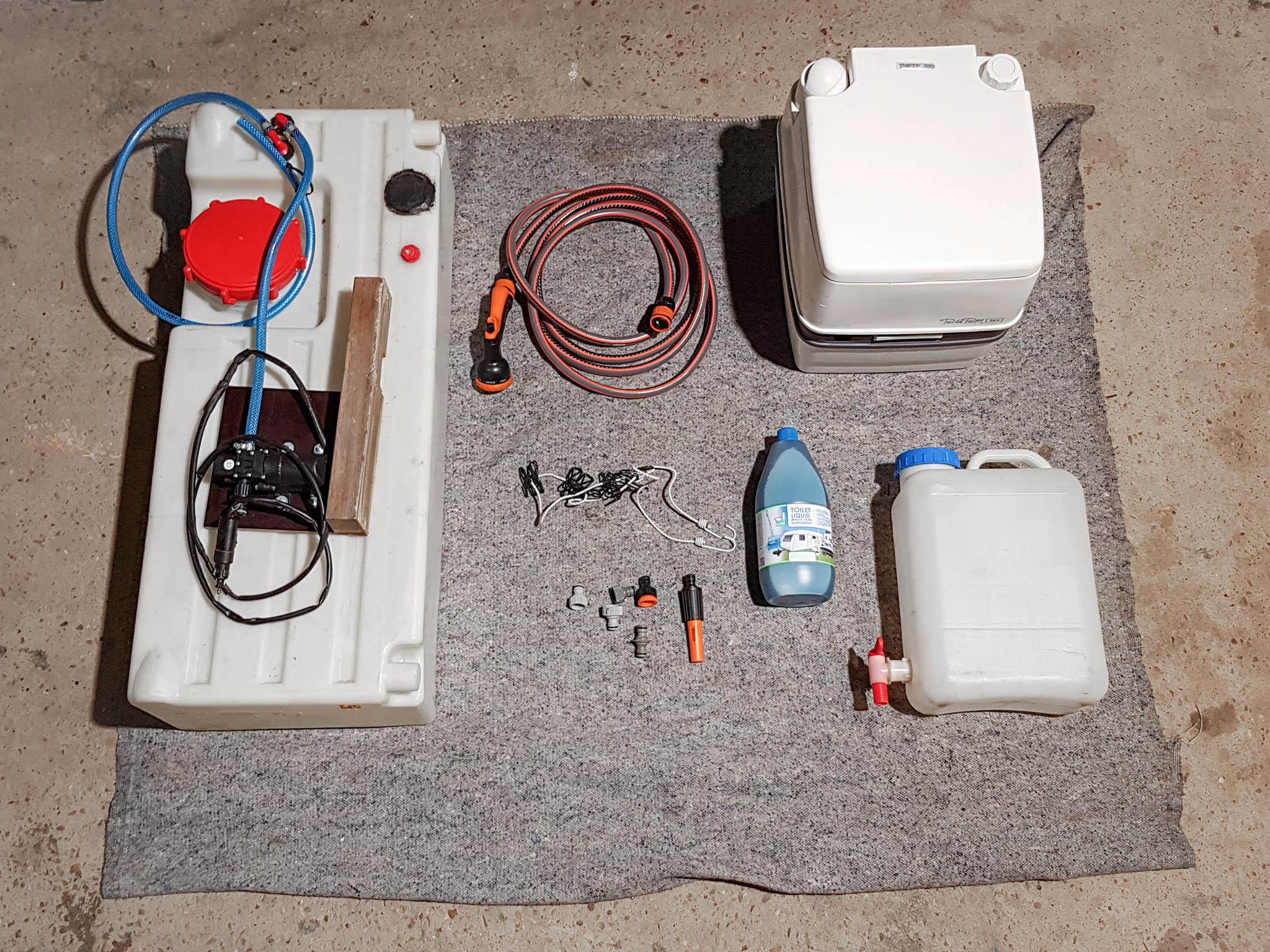 Dachzelt Packliste: Nicht jeder hat Platz für eine Campingtoilette und einen 120-Liter-Wassertank, aber etwas Wasser und Toilettenpapier sollte jeder Dachzeltnomade im Gepäck haben.