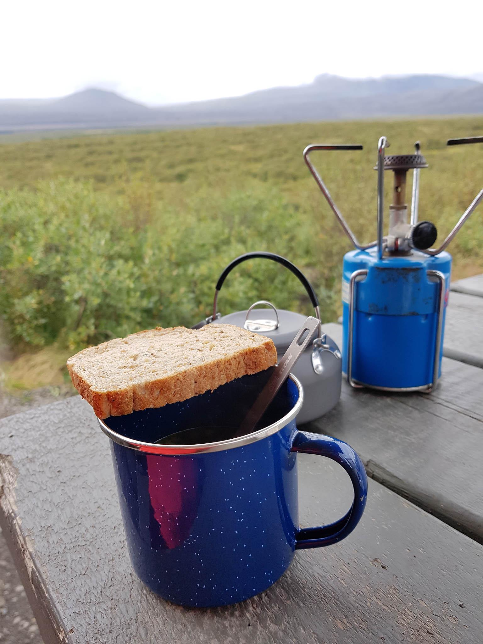 Für den morgendlichen Kaffee oder eine schnelle Suppe zwischendurch ist ein Kocher im Gepäck des Dachzelnomaden unerlässlich!