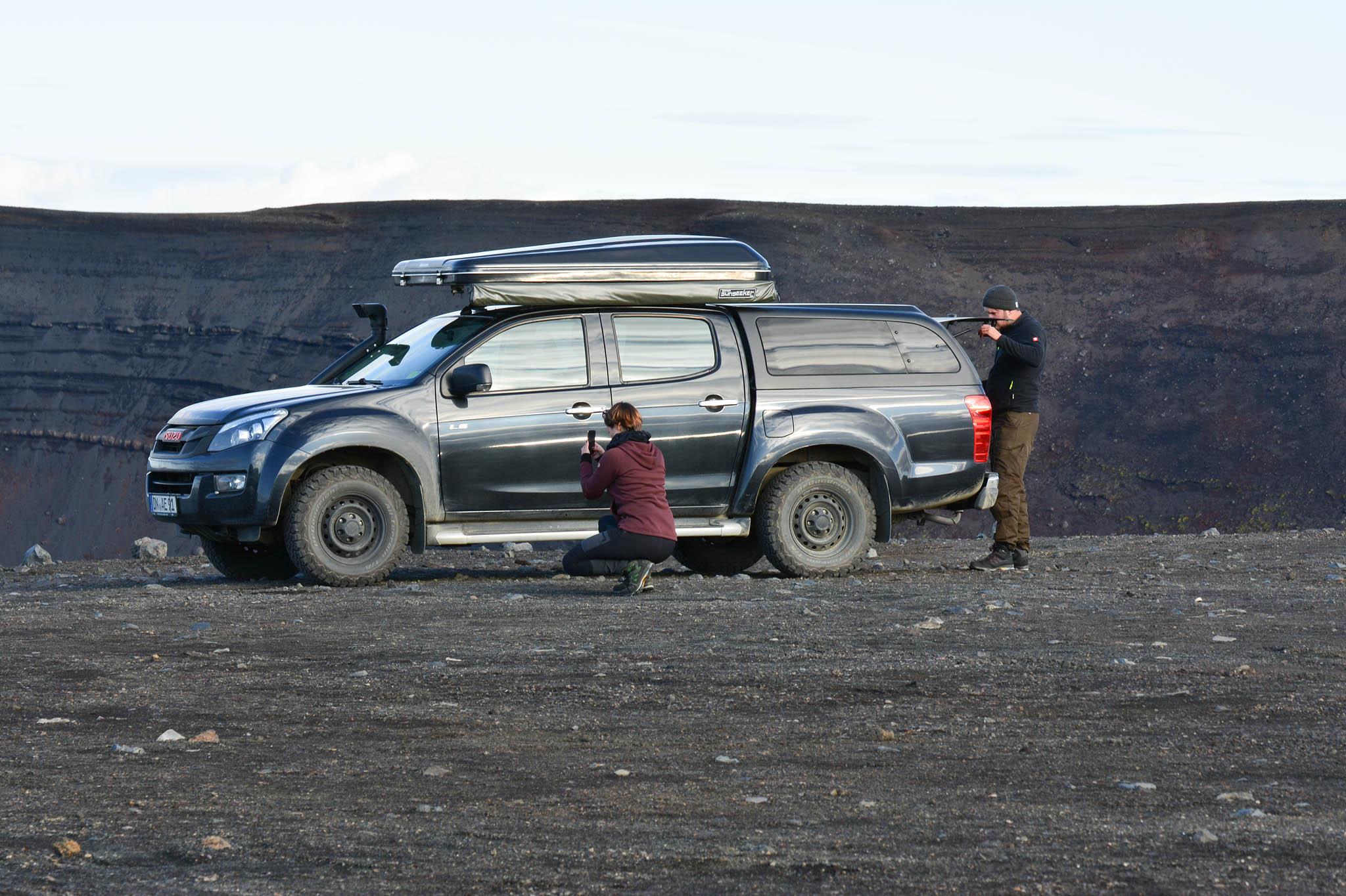 """""""Allein allein"""" am Kraterrand. In entlegenen Gebieten sollten Kraftstoffreserven immer an Bord sein."""