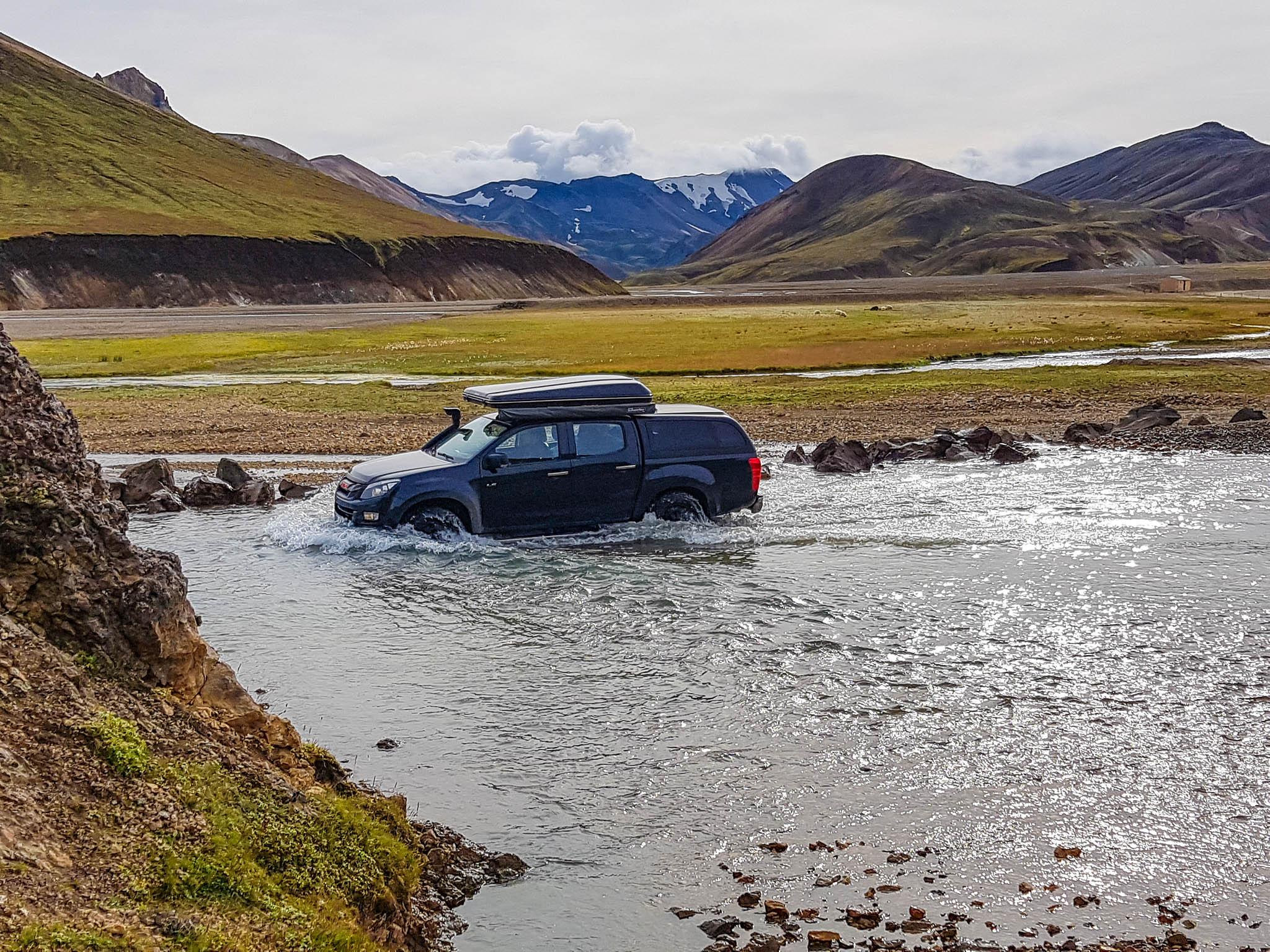 Wasserdurchfahrt in der isländischen Landmannalaugar Region. Steckverbindungen, die nicht ausreichend höher gelegt werden konnten, können mit Wet Protect Spray vorübergehend geschützt werden.