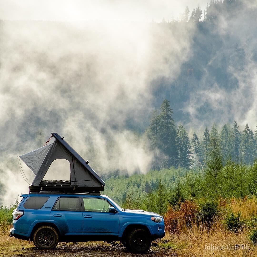 Ob du mit geöffnetem Dachzelt wirklich fahren solltest? Umparken ja, fahren nein sagt der Hausverstand. Foto: Julius Griffith
