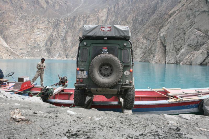 Landrover beim verladen aufs Boot zum überqueren über den Attabad Lake in Pakistan