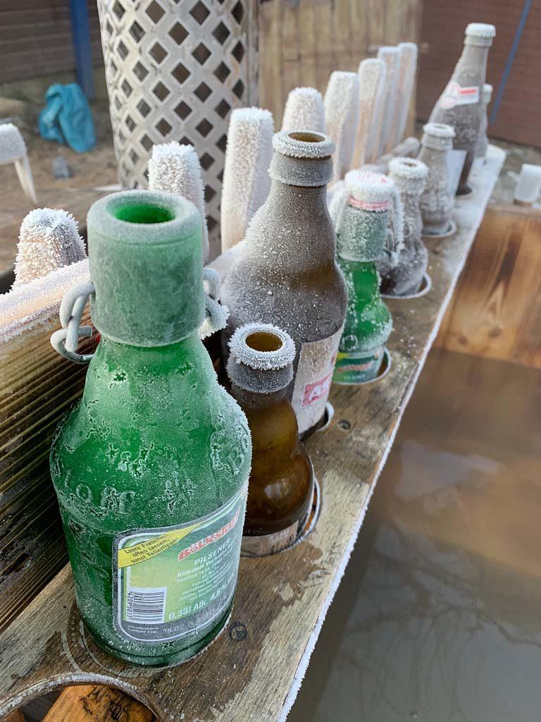 Dieses Bild zeigt Frost auf Bierflaschen