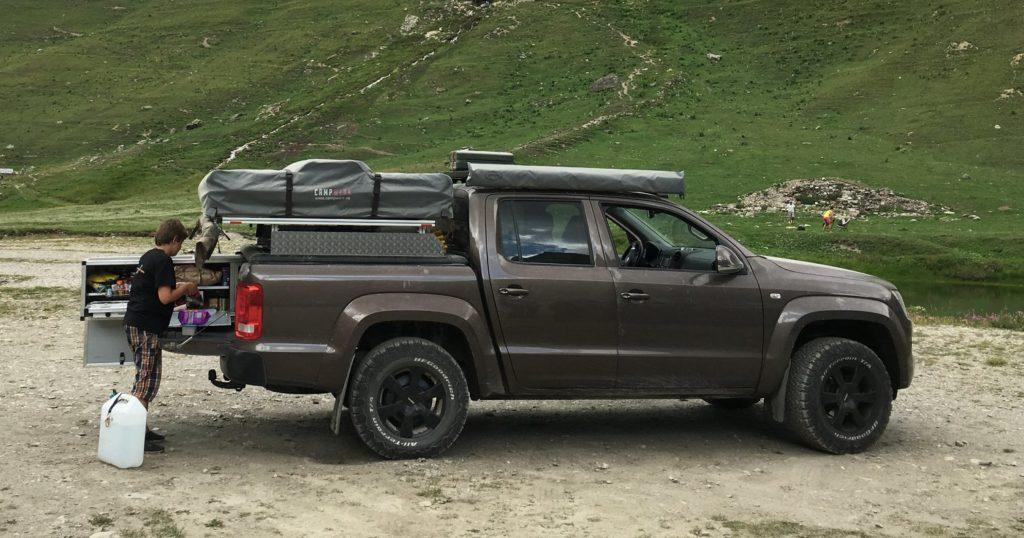 Pickup mit Dachzelt auf Ladefläche