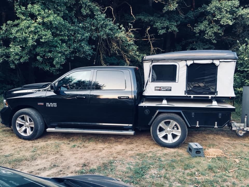 Dodge Ram mit Hartschalenzelt auf der Ladefläche