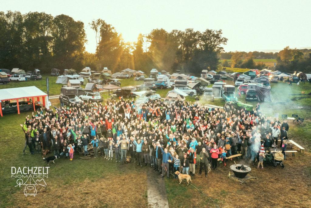 Gruppenbild von 600 Dachzeltnomaden in Holland