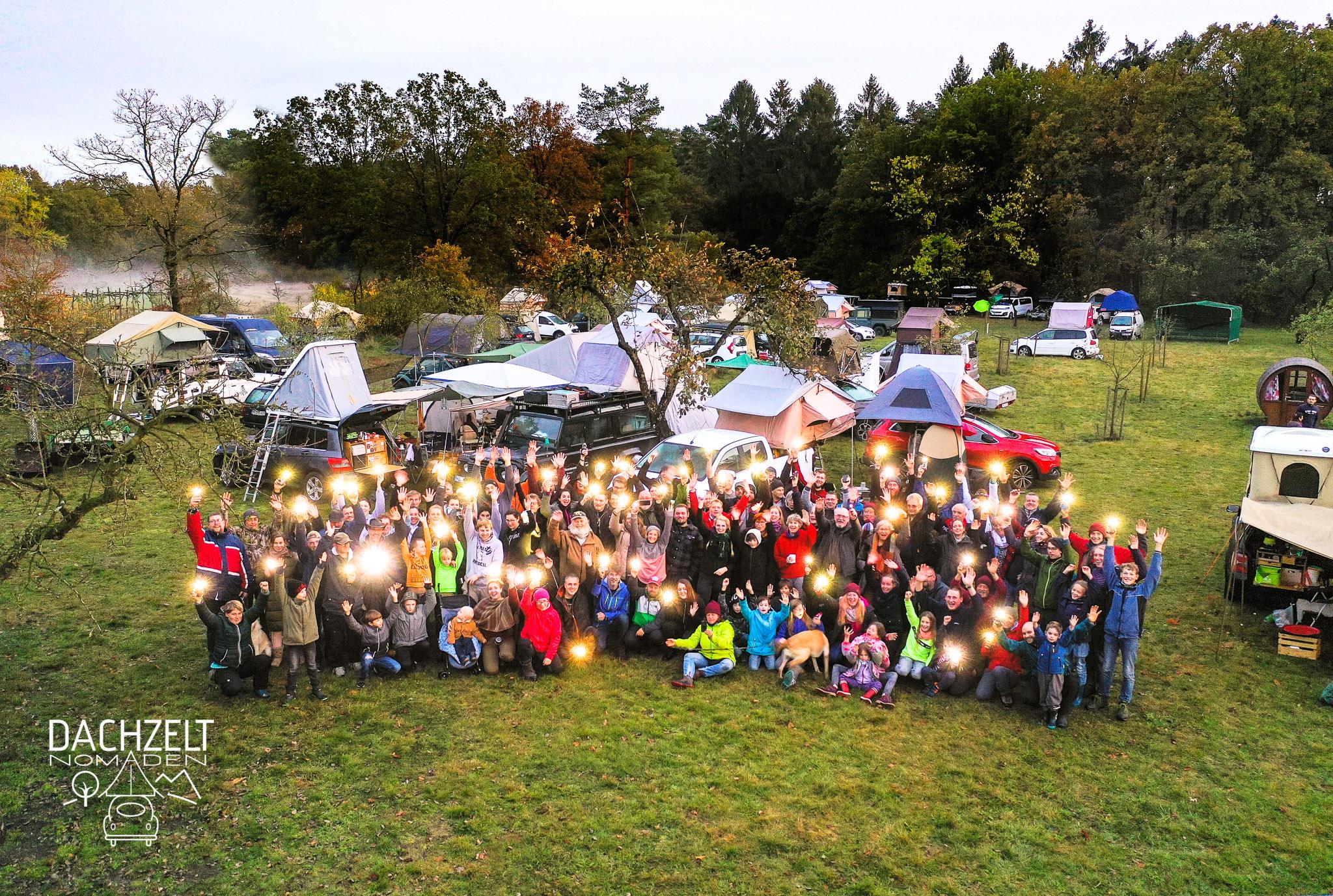 Gruppenbild der Dachzeltnomaden mit Lichteffekt vor Dachzelten