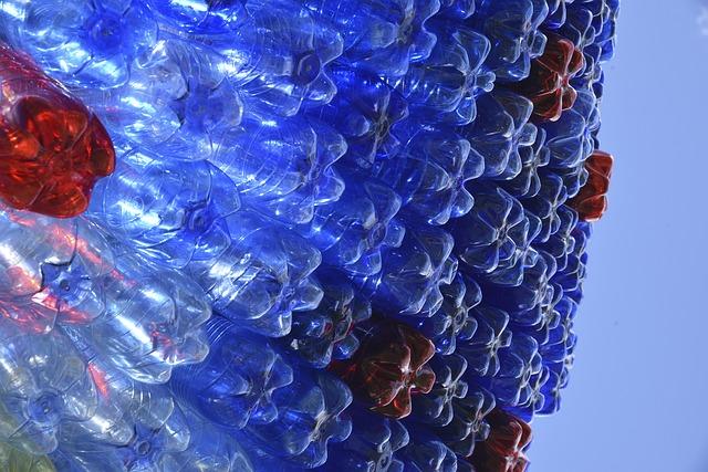 ein künstlerisches foto von einwegflaschen aus kunststoff