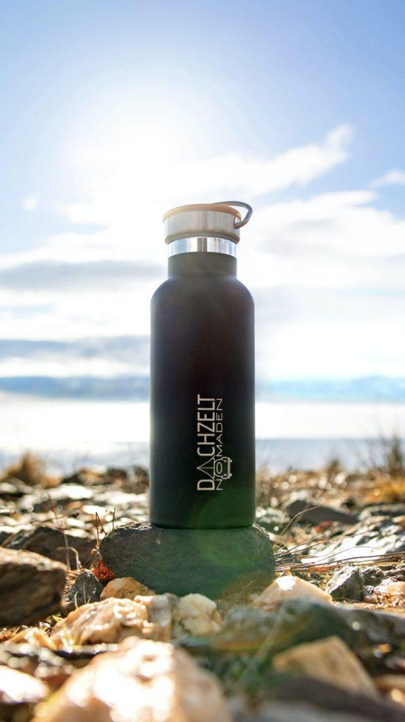 schwarze Trinkflasche mit Dachzeltnomaden Logo