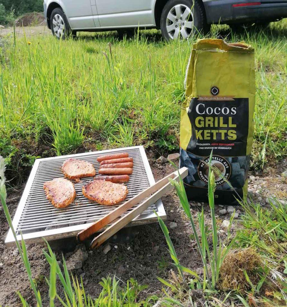 Diese Bild zeigt einen Grill mit Kokos Briketts