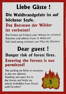 Diese Bild zeigt eine Warntafel für Waldbrandgefahr