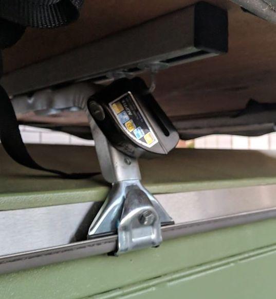 Dachträger mit Dachzelt und Bremsscheibenschloss