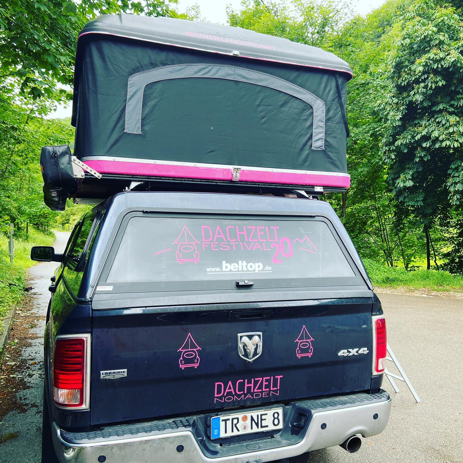 Großes Dachzelt auf großem Auto - bis zu den Seitenspiegeln darfst du ohne Probleme! | Bild: Natalie Ewen