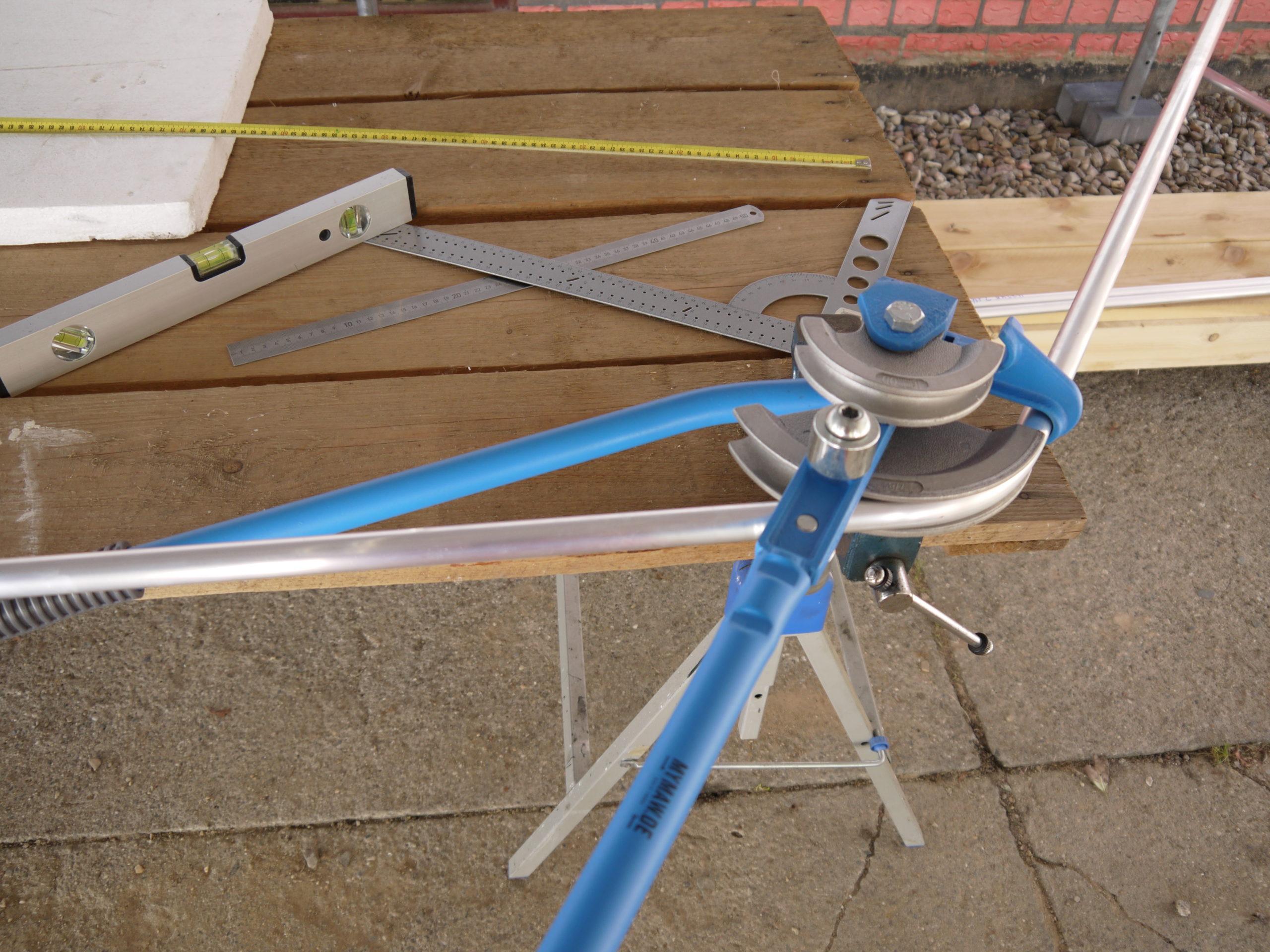 Werkzeug zum Biegen von Rohren auf einem Tisch beim Dachzelt selbst bauen