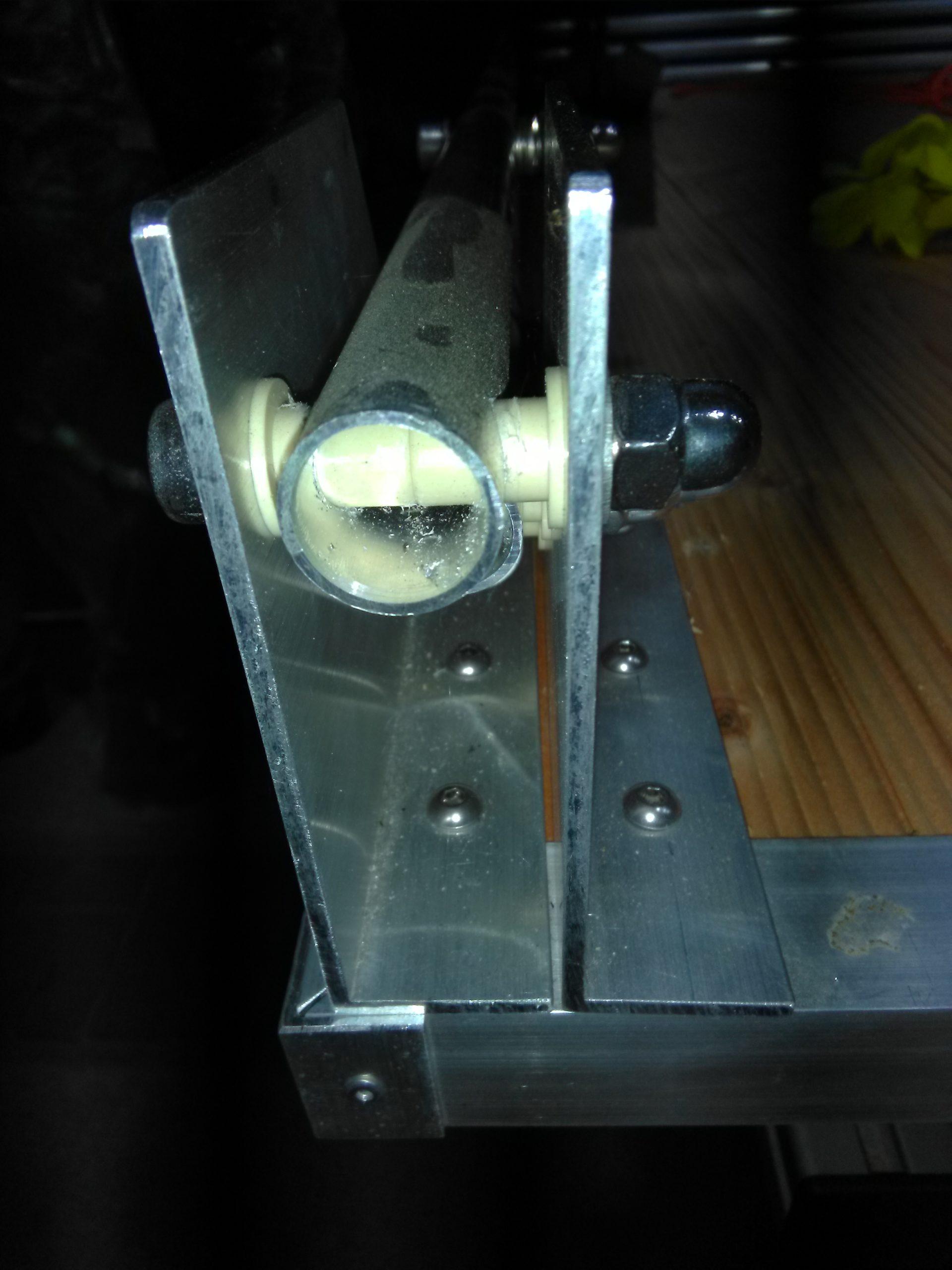 Gasdruckfeder Fixierung im U-Profil des selbst gebauten Dachzelts