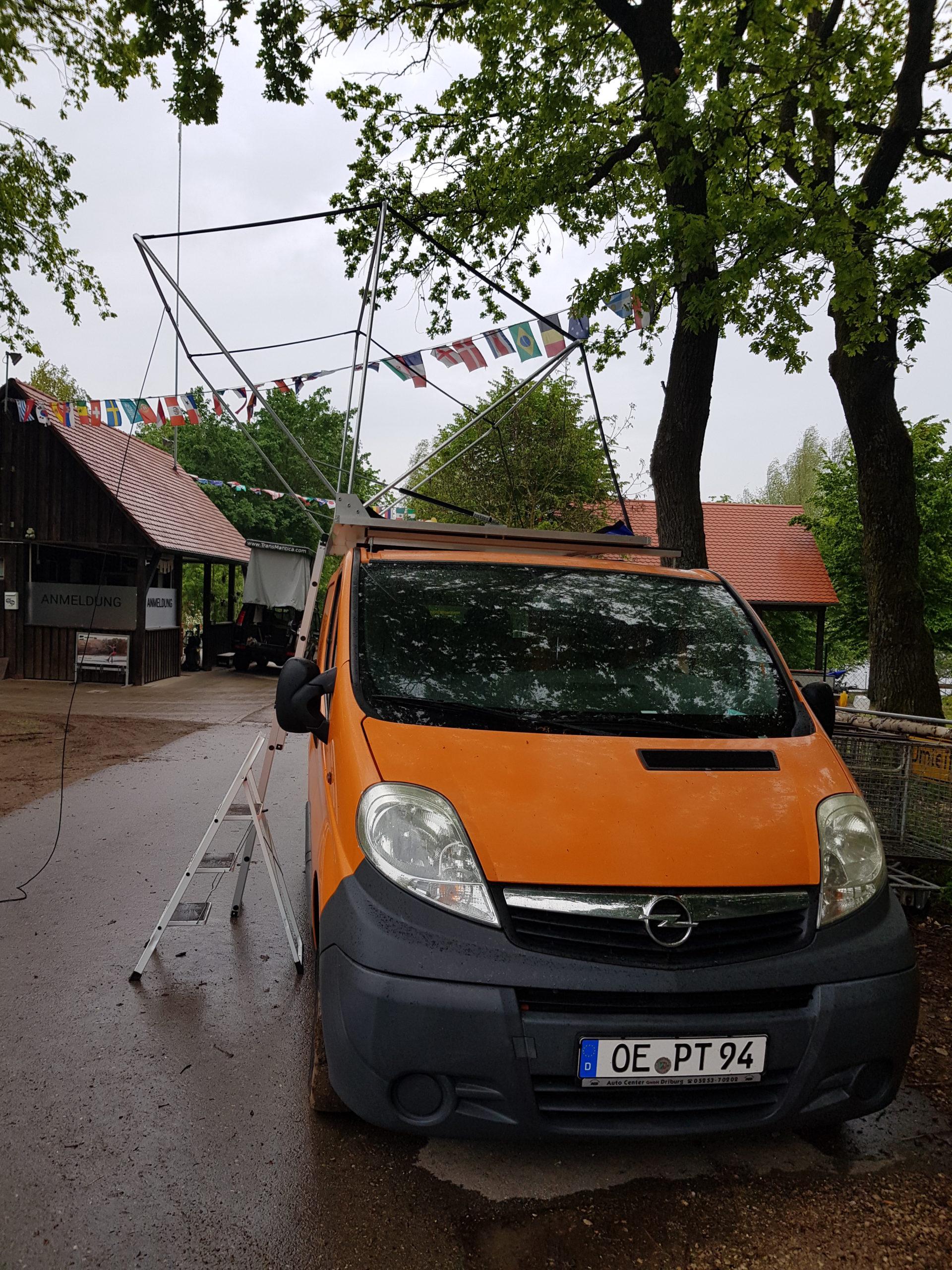 Das montierte Dachzelt ohne Stoff