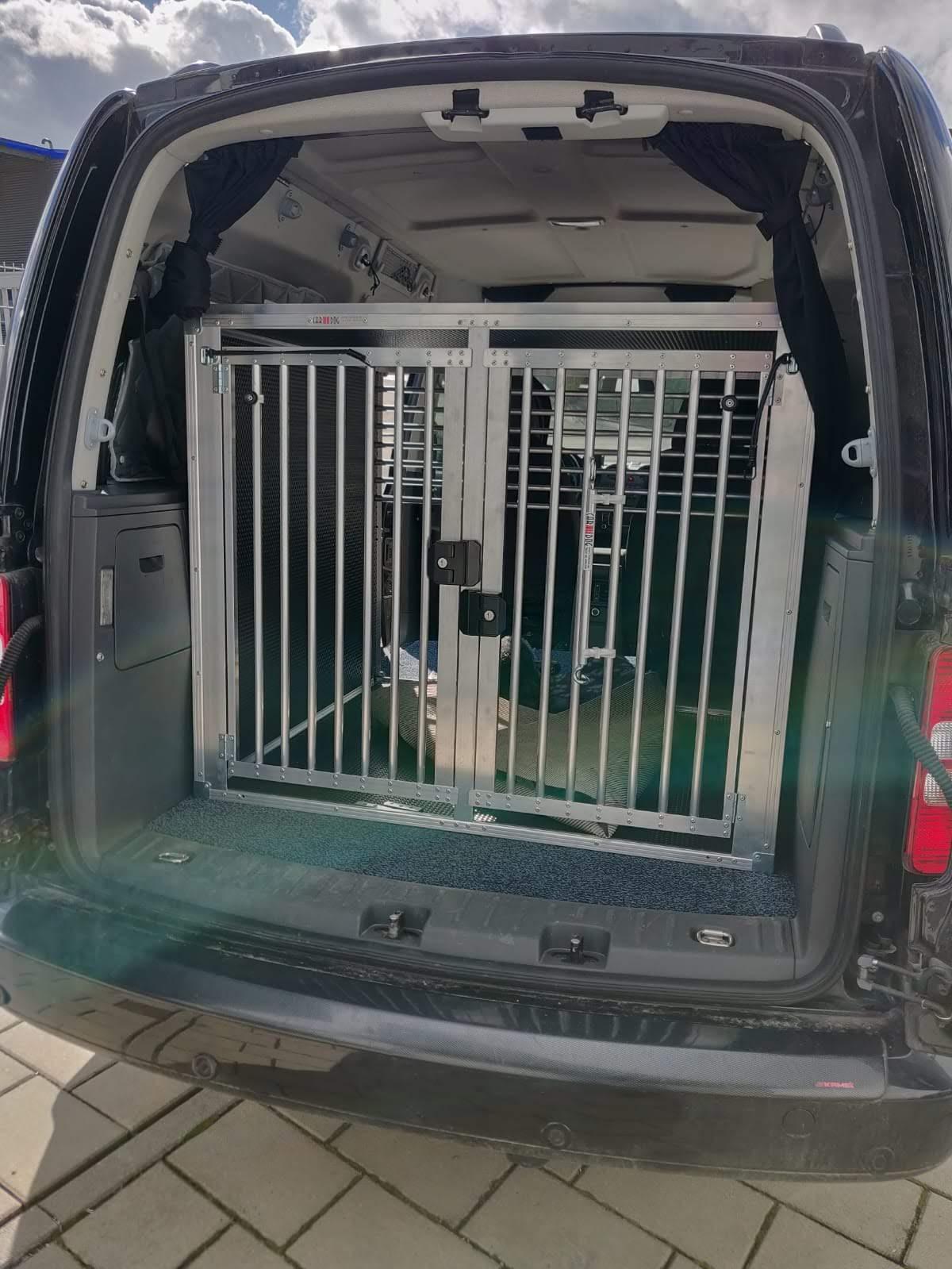 Angepasste Alu Hundebox in einem Caddy
