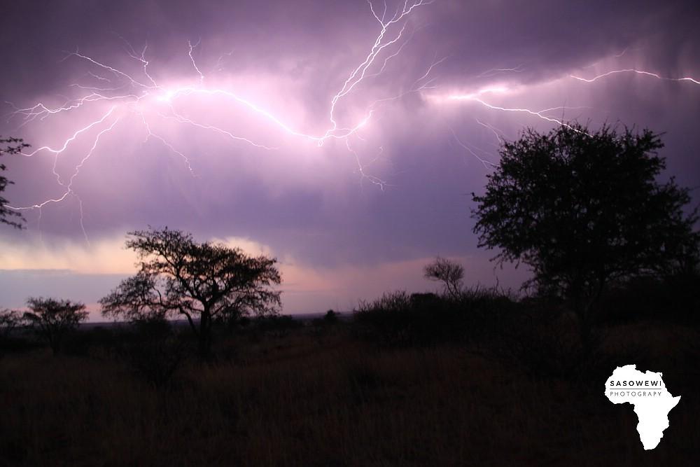 greller Blitz am Nachthimmel