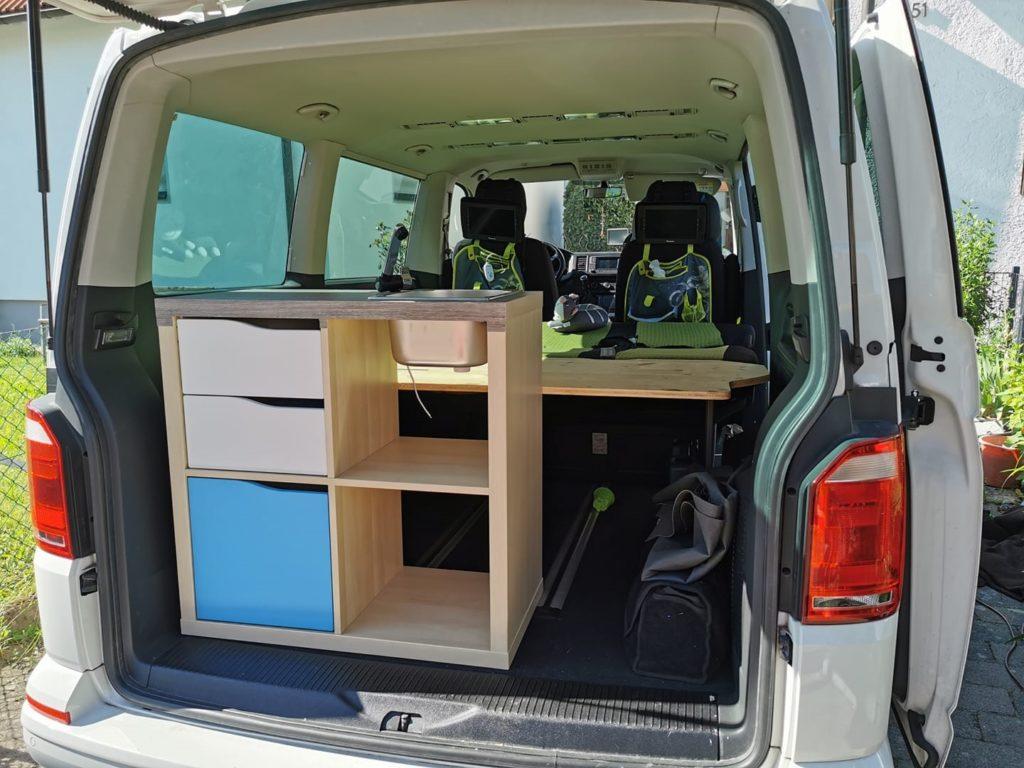 ein Foto vom Kofferraumausbau eines Campers