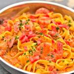 47-Dachzeltnomaden_Kochbuch-Pasta_mit_Garnelen_in_Tomatensauce-Botho_von_Salzwedel-Henning_Unnerstall-IMG_2896
