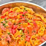 47-Dachzeltnomaden_Kochbuch-Pasta_mit_Garnelen_in_Tomatensauce-Botho_von_Salzwedel-Henning_Unnerstall-IMG_2901