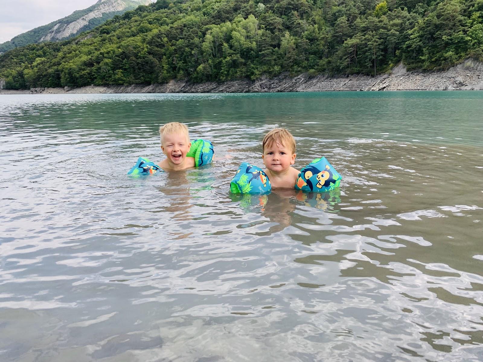 Kinder im Wasser mit Schwimmflügeln