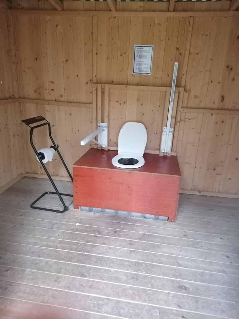 Eine öffentliche Toilette auf einem Wanderparkplatz