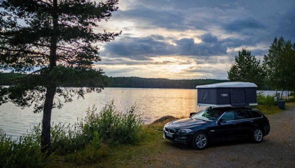 auto mit dachzelt am see in schweden