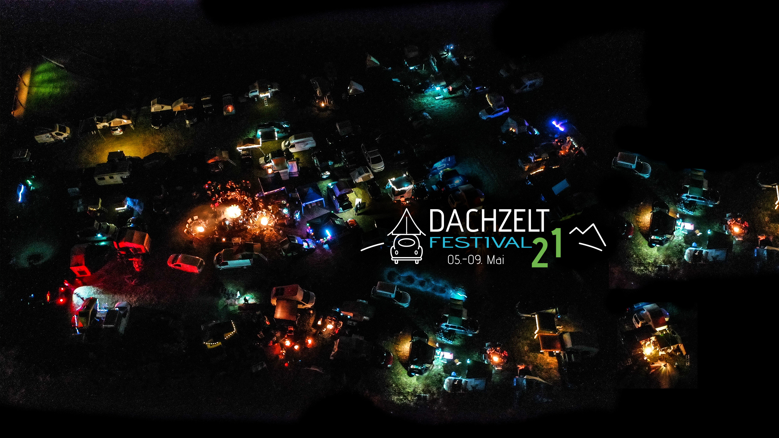 Camping Event mit vielen Dachzelten am Lagerfeuer (Nachtaufnahme)